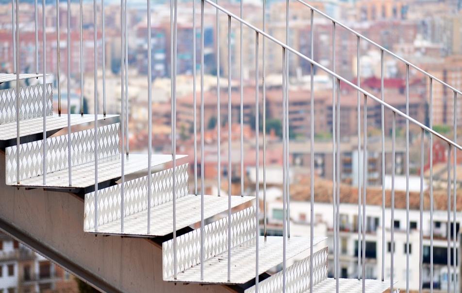 schody z metalu na zewnątrz budynku